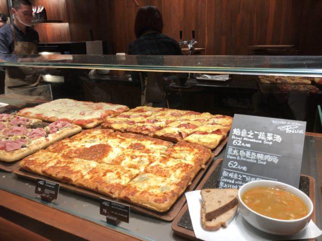 世界一大きなスタバ上海ロースタリー2階にはピザもあります